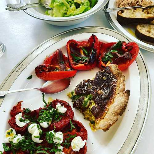 Left over Mother's Day quiche and a hodgepodge of other stuff, some slow roasted tomatoes, some roasted red peppers with anchovies (one of my favorite quick sides) and a bright green salad 💚